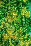 Bakgrund för dag för St Patricks vertikal av skinande gröna pärlor med treklöverer arkivbild