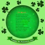 Bakgrund för dag för StPatrick ` s med treklöversidor, stjärnaljus på den gröna bakgrunden, text för inbjudan eller hälsningkorte Royaltyfria Foton