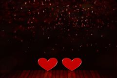 Bakgrund för dag för valentin` s Två röda hjärtor på golvet arkivbilder