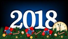 Bakgrund 2018 för det lyckliga nya året med klockan, gran förgrena sig, gåvor a Arkivfoton