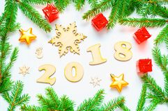 Bakgrund 2018 för det nya året med 2018 diagram, julleksaker, gran förgrena sig - sammansättning 2018 för det nya året Arkivbild