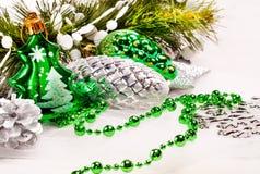 Bakgrund för det nya året med pälsfodrar treegarneringar Royaltyfria Bilder