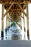 Bakgrund för Digitalt fotografi av bränningstadsstranden Pier North Carolina royaltyfria foton