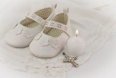 Bakgrund för dopbyteinbjudan med vit snör åt, candl arkivfoto