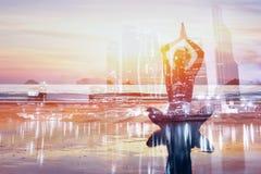 Bakgrund för dubbel exponering för yoga, sund livsstil royaltyfria foton