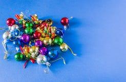 Bakgrund för en julkort, olika julleksaker av olika färger på en julgran Royaltyfria Bilder