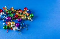 Bakgrund för en julkort, olika julleksaker av olika färger på en julgran Royaltyfri Bild