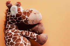 Bakgrund för färg för djur docka för leksak och för plysch för giraff mjuk beige arkivbilder