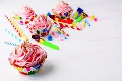 Bakgrund för födelsedagparti med dekorerad rosa muffin och cand Royaltyfria Foton