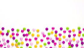 Bakgrund för födelsedagparti med den mångfärgade godisen royaltyfria bilder