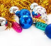 Bakgrund för för färgjulbollar och toys Royaltyfri Bild