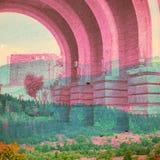 Bakgrund för fantasiekologiabstrakt begrepp Stads- landskap som är blandat med det naturligt på pappers- textur royaltyfri bild
