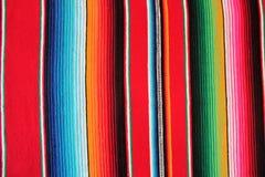 Bakgrund för fiesta för poncho för filt för Mexico mexicansk traditionell cincode mayo med band Royaltyfri Fotografi
