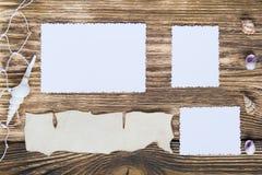 Bakgrund för foto bredvid skal på trätabellen Arkivfoto