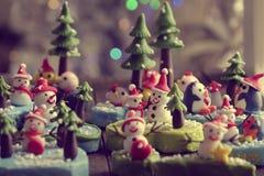 Bakgrund för glad jul med Xmas-prydnaden från lera Royaltyfri Fotografi
