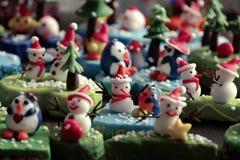 Bakgrund för glad jul med Xmas-prydnaden från lera Arkivbild