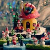 Bakgrund för glad jul med Xmas-prydnaden från lera Arkivfoton