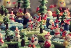 Bakgrund för glad jul med Xmas-prydnaden från lera Arkivbilder