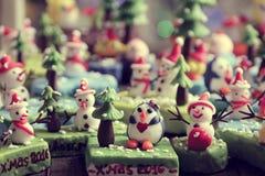 Bakgrund för glad jul med Xmas-prydnaden från lera Arkivfoto