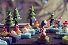 Bakgrund för glad jul med Xmas-prydnaden från lera Fotografering för Bildbyråer