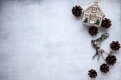 Bakgrund för glad jul och nytt års med garneringar för nytt år ljust - grå bakgrund med gran-träd leksaker och att sörja royaltyfria bilder