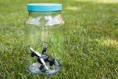 Bakgrund för gräs för Quadcopter exponeringsglaskrus inget royaltyfri fotografi
