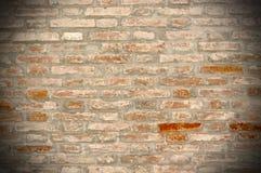 Bakgrund för Grungetegelstenvägg med vignetted hörn Arkivfoton
