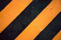 Bakgrund för guling- och svartyttersidavägg Grov vägmärketextur Royaltyfria Foton