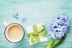 Bakgrund för hälsning för vår för moderdag med blommor, gåva eller närvarande ask och bästa sikt för kopp kaffe Morgonfrukost för arkivfoton