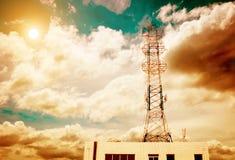 bakgrund för Hög-spänning tornhimmel Arkivbilder