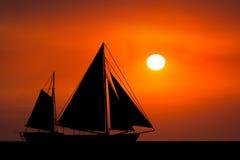 Bakgrund för hav för soluppgångsolnedgångsegelbåt Royaltyfri Bild