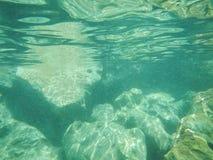 Bakgrund för havsvatten med vaggar Arkivbild