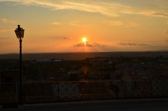 Bakgrund för himmel för gatalykta orange Arkivfoto