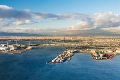 Bakgrund för horisont för flyg- sikt för för Osaka stad och hamnstad Royaltyfria Foton