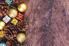 Bakgrund för jul eller för det nya året med sörjer kottar, gåvaask på rött Arkivfoton