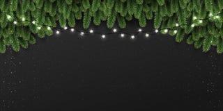 Bakgrund för jul och för nytt år med granfilialer, ljus, glödande vita girlander för Xmas-garneringar stock illustrationer