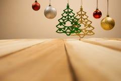 Bakgrund för jul och för nytt år sammansättningsmed garneringjulbollen med den trätabellen fotografering för bildbyråer