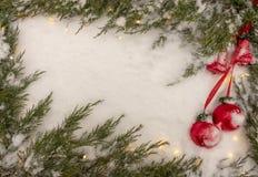 Bakgrund för jul och för nytt år Snöflinga, julgran och boll på en vit träbakgrund arkivfoto