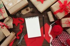 Bakgrund för julgåvainpackning Arkivfoto