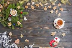 Bakgrund för julmeny Kaka, gran, teservis och garnering på den gamla trätabellen Arkivfoton