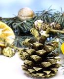 Bakgrund för kortet för ` s för det nya året med guld- gran för jul sörjer kotten Arkivfoton