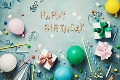 Bakgrund för lycklig födelsedag eller hälsningreklamblad Färgrika ferietillförsel på blå bästa sikt för tappningtabell lekmanna-  Royaltyfri Fotografi