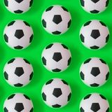 Bakgrund för många svartvit fotbollbollar Fotbollbollar i ett vatten royaltyfri illustrationer