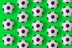 Bakgrund för många svartvit fotbollbollar Fotbollbollar i ett vatten stock illustrationer