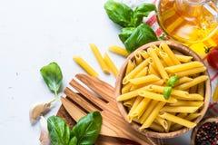 Bakgrund för matmatlagningingredienser på den vita bästa sikten arkivfoton