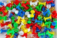 Bakgrund för modell för stiftcloseuptextur färgrika stift Guling blått rött, gräsplan Royaltyfri Foto
