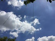 Bakgrund för moln och för blå himmel Arkivbild
