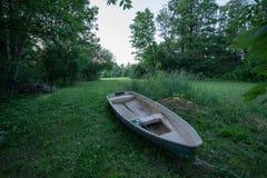 Bakgrund för naturlig miljö för roddboatand Royaltyfria Foton