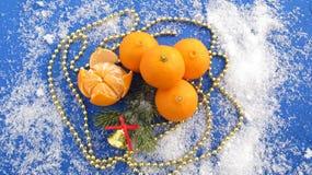Bakgrund för ny år och jul, tangerin och garneringar Royaltyfri Fotografi