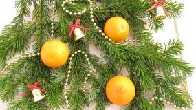 Bakgrund för ny år och jul, tangerin och garneringar Royaltyfria Foton